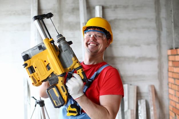 Handwerker, der mit freude arbeitet Premium Fotos