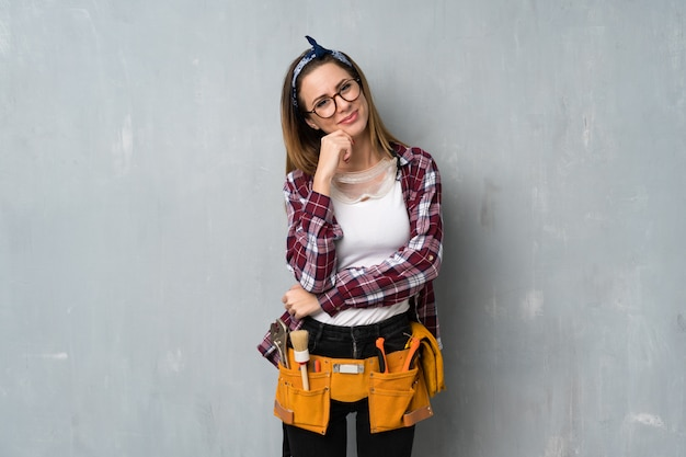 Handwerker oder elektriker frau mit brille und lächeln Premium Fotos