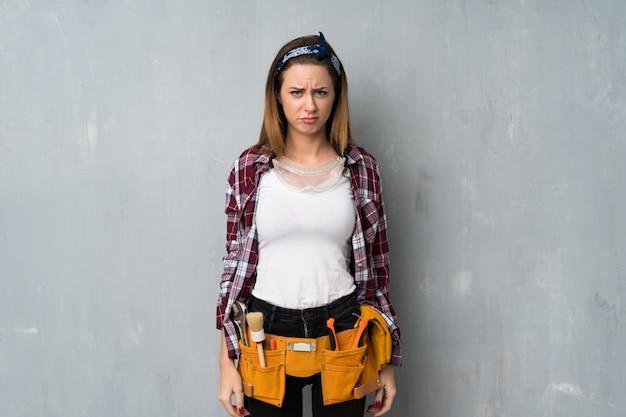 Handwerker oder elektrikerfrau mit traurigem und deprimiertem ausdruck Premium Fotos