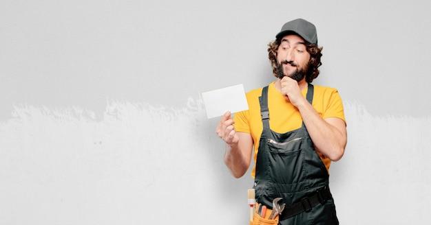 Handwerkerarbeitskraft mit einem plakat Premium Fotos