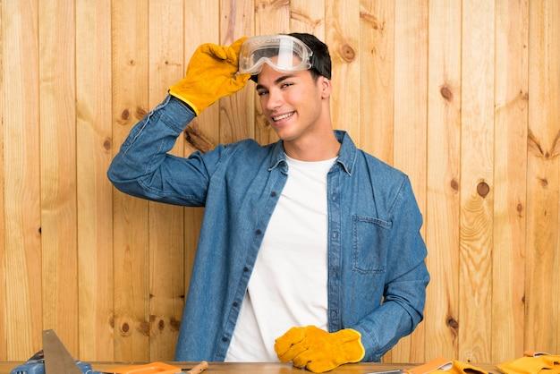 Handwerkermann über hölzernem hintergrund Premium Fotos