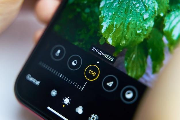 Handy bildschirm. nahaufnahme smartphone mit foto-app auf dem bildschirm. Premium Fotos