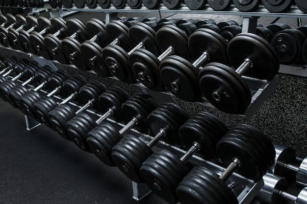 Hanteln im fitnessstudio Premium Fotos