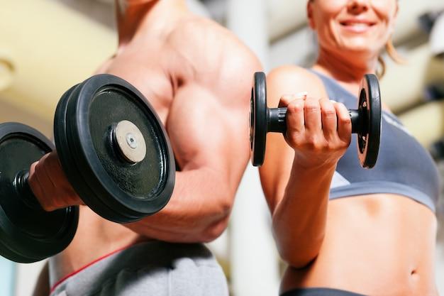 Hantelübung im fitnessstudio Premium Fotos