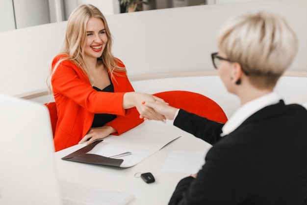 Happy dealer schütteln dem kunden die hand nach dem deal. Premium Fotos