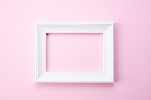 Happy muttertag konzept. draufsicht des weißen bilderrahmens auf rosa hintergrund Premium Fotos