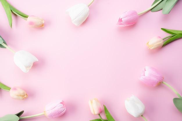 Happy muttertag konzept. draufsicht von rosa tulpenblumen im rahmen Premium Fotos