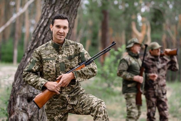 Happy shooter mit rifle rabbit hunt im sommer. Premium Fotos