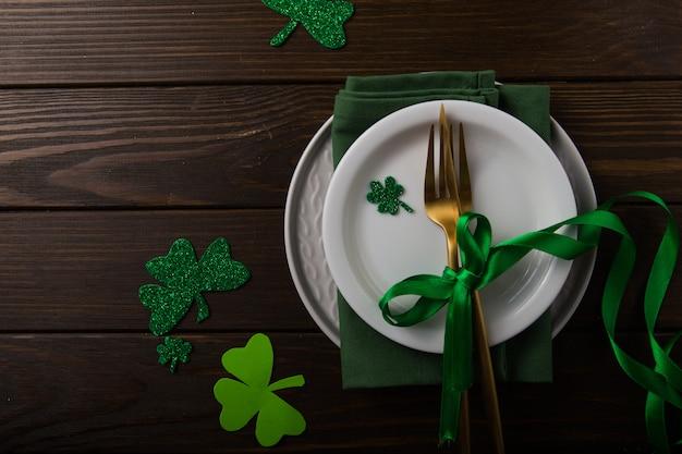 Happy st. patricks tag. karte mit bier und glücksklee. feiertagsfeier am st. patrick's day. irisches festivalsymbol. glückliches konzept. Premium Fotos