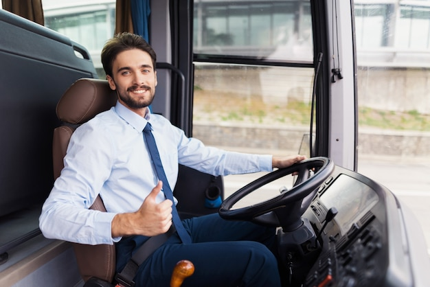 Hapy driver liebt die firma job travel service. Premium Fotos