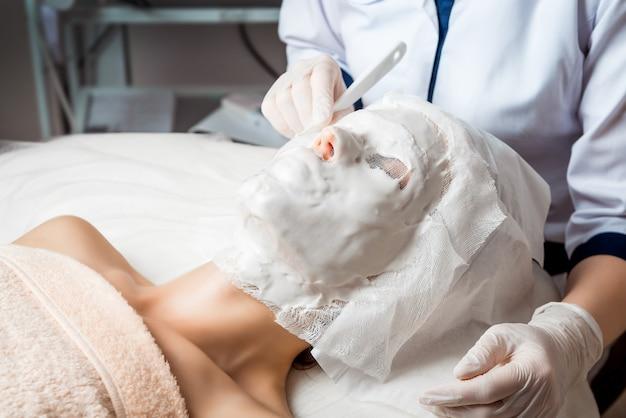Hardware-kosmetologie. körperpflege. spa-behandlung. ultraschall kavitation körperformung behandlung. frau, die anti-cellulite- und antifettetherapie im schönheitssalon erhält. Premium Fotos