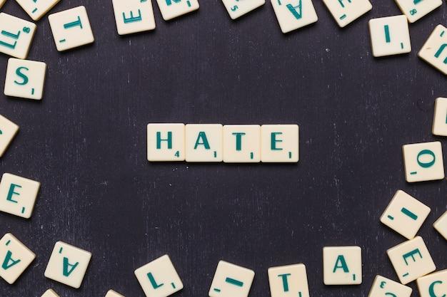 Hasse den text aus scrabble-spielbuchstaben Kostenlose Fotos