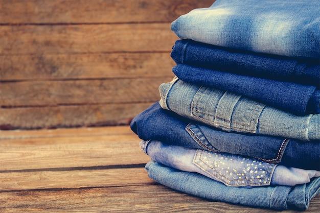 Haufen jeans kleidung. getöntes bild. Premium Fotos