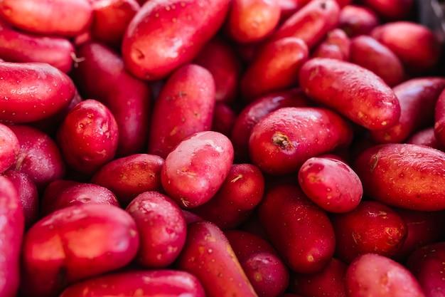 Haufen von frischen organischen roten kartoffeln Kostenlose Fotos