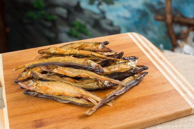 Haufen von kleinen frischen fischen Premium Fotos