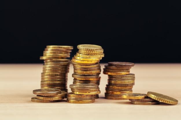 Haufen von münzen auf arbeitstisch Premium Fotos