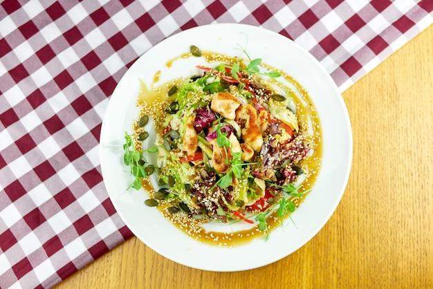 Hauptgericht in einem restaurant Kostenlose Fotos
