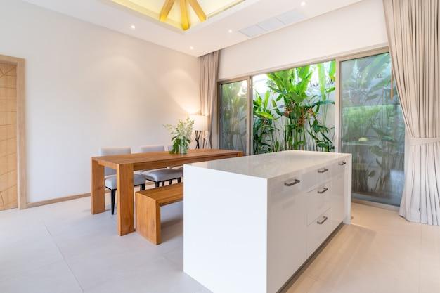 Hauptinnenarchitektur im wohnzimmer mit speisetische Premium Fotos