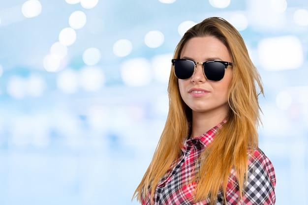 Hauptschuß der tragenden sonnenbrille der frau Premium Fotos