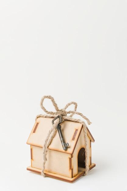 Haus als geschenk mit weinleseschlüssel über weißer oberfläche Kostenlose Fotos