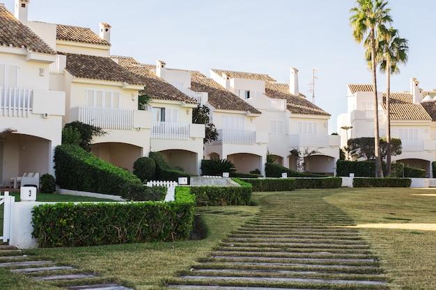 Haus-, gebäude- und architekturkonzept - straße großer vorstadthäuser im sommer. Premium Fotos
