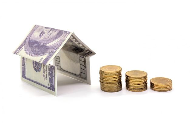 Haus gemacht vom bargeld dollargeld lokalisiert auf weiß Premium Fotos