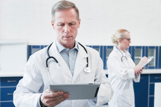 Hausarzt in einer arztpraxis Kostenlose Fotos