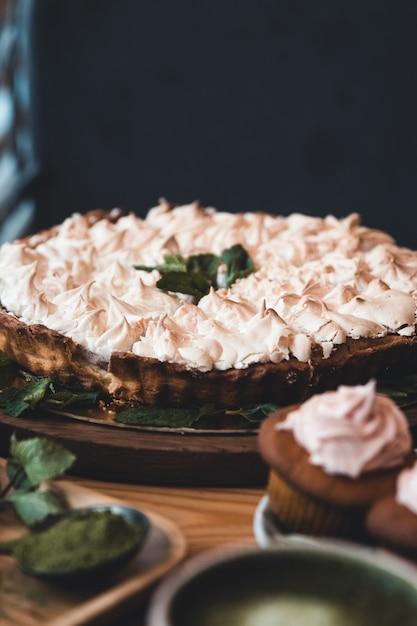 Hausgemacht. baiser und cupcakes, matcha-tee und süßigkeiten Premium Fotos