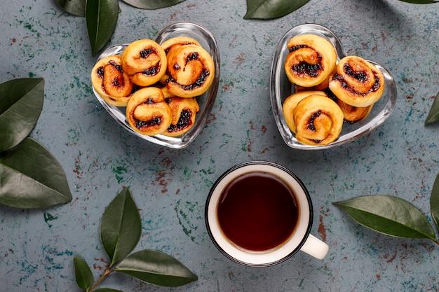Hausgemachte beerenmarmelade gefüllte kekse, draufsicht Premium Fotos