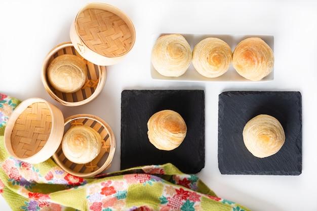 Hausgemachte bio huaiyang spiral chinese blätterteig mondkuchen Premium Fotos