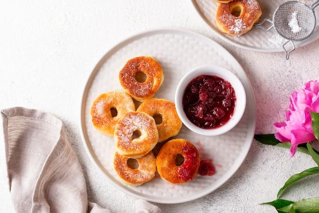 Hausgemachte donuts mit rosenmarmelade Premium Fotos