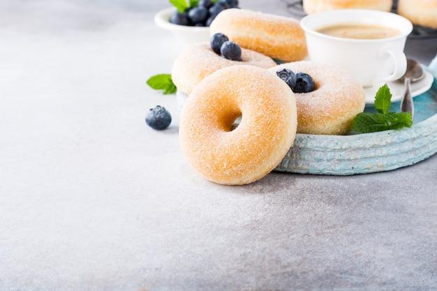 Hausgemachte donuts mit zucker Premium Fotos