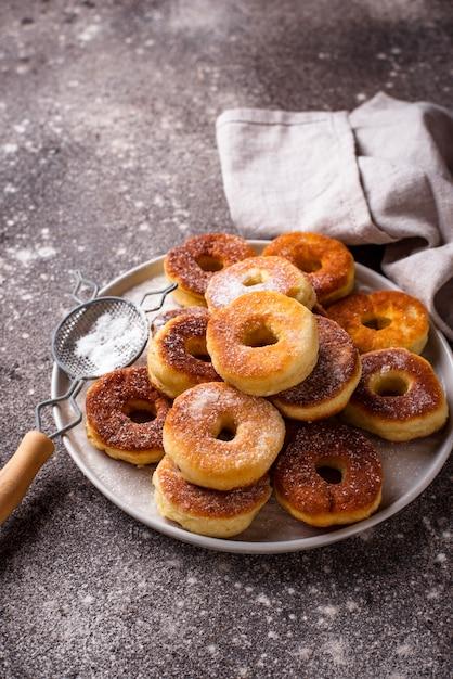 Hausgemachte donuts mit zuckerpulver Premium Fotos