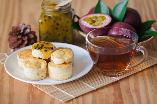 Hausgemachte einfache scones dienen mit maracuja marmelade und tee. Premium Fotos