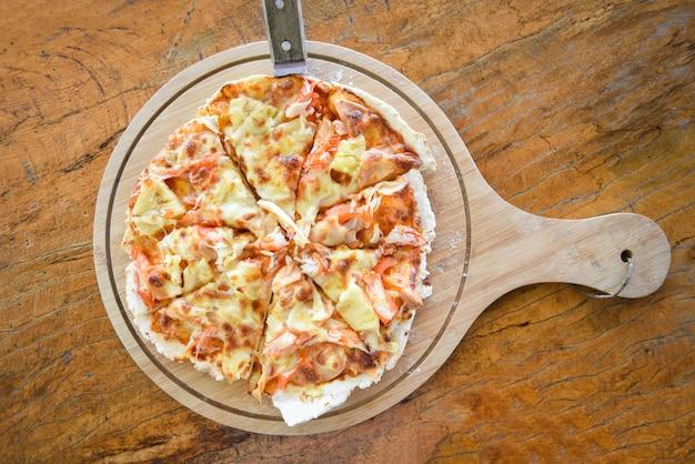 Hausgemachte gebäckpizza italienisch wird traditionelles essen / pizzakäse auf holz gekocht Premium Fotos