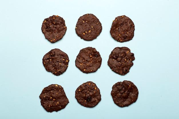 Hausgemachte glutenfreie schokoladenkekse mit müsli, nüssen und bio-kakao. Premium Fotos