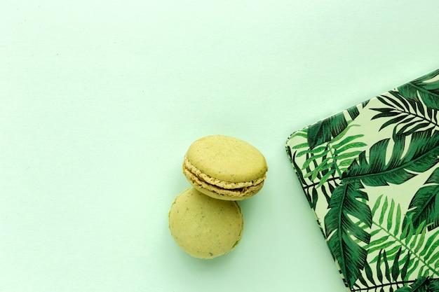 Hausgemachte grüne macarons von oben gesehen Premium Fotos