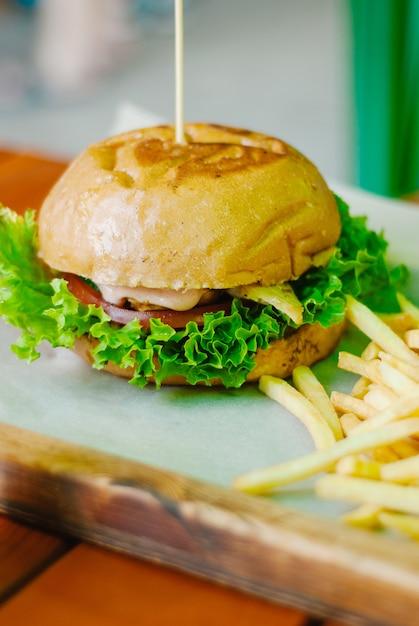 Hausgemachte hühnerburger mit pommes frites Premium Fotos