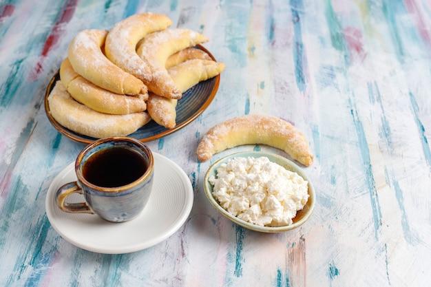 Hausgemachte kekse in bananenform mit quarkfüllung. Kostenlose Fotos