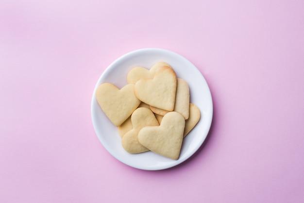 Hausgemachte kekse in form eines herzens. Premium Fotos