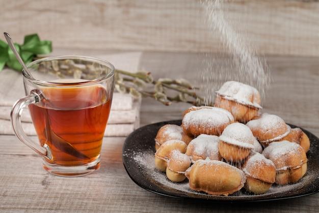 Hausgemachte kekse mit kondensmilch gefüllt mit nüssen Premium Fotos