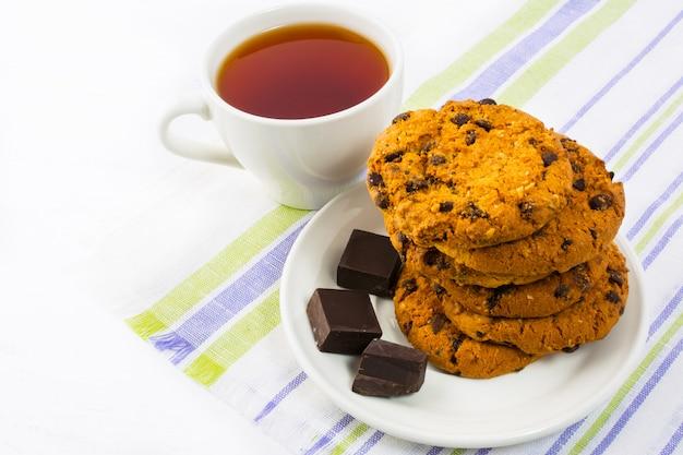 Hausgemachte kekse, schokolade und eine tasse tee Premium Fotos