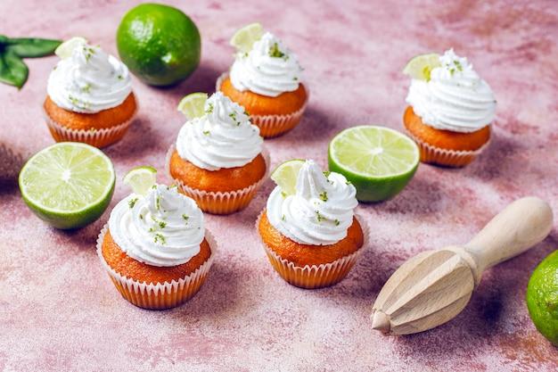 Hausgemachte key lime cupcakes mit schlagsahne und limettenschale, selektiver fokus Kostenlose Fotos