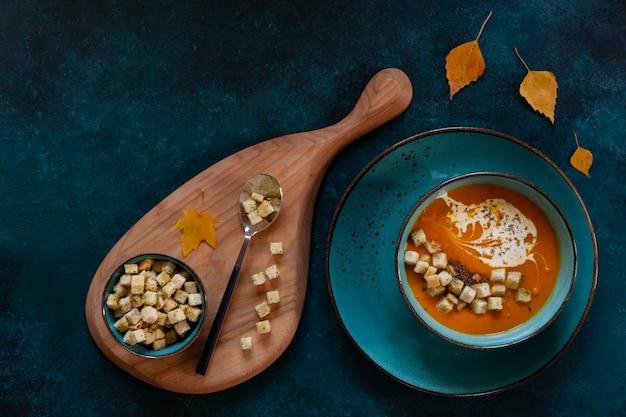 Hausgemachte kürbiscremesuppe mit croutons und thymian Premium Fotos
