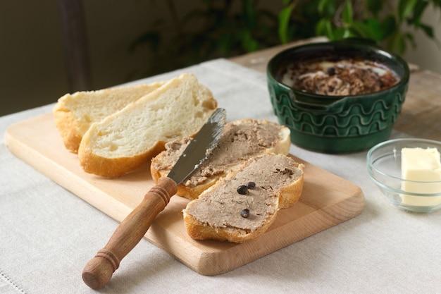 Hausgemachte leberpastete mit brot und butter. rustikaler stil. Premium Fotos
