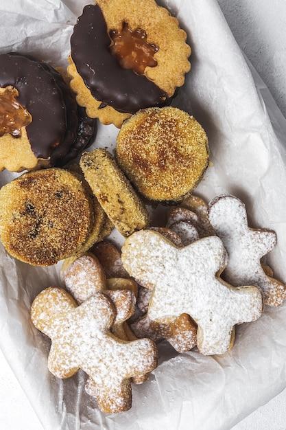 Hausgemachte lebkuchen, zimt und schokoladenplätzchen Premium Fotos