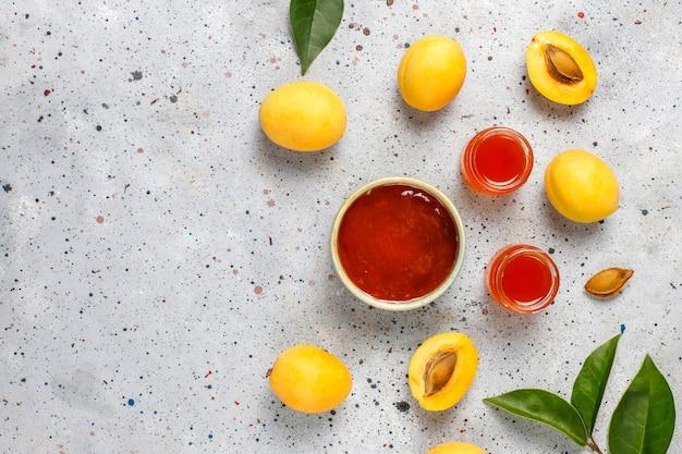 Hausgemachte leckere aprikosenmarmelade mit frischen aprikosenfrüchten Kostenlose Fotos