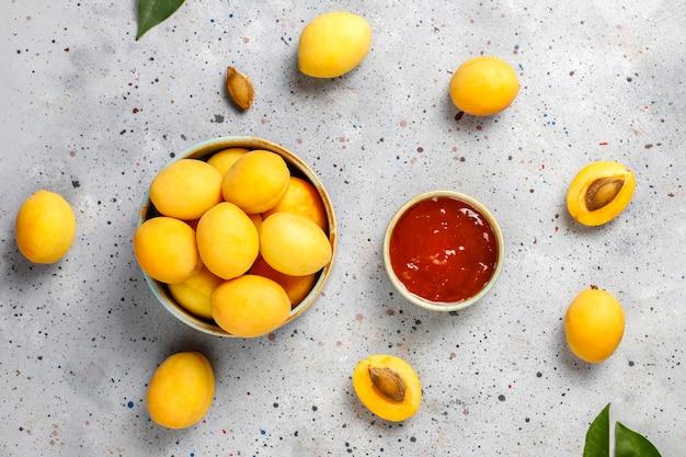 Hausgemachte leckere aprikosenmarmelade mit frischen aprikosenfrüchten. Kostenlose Fotos