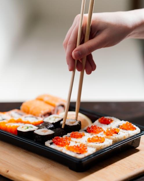Hausgemachte lieferung von lebensmitteln, sushi und brötchen Premium Fotos