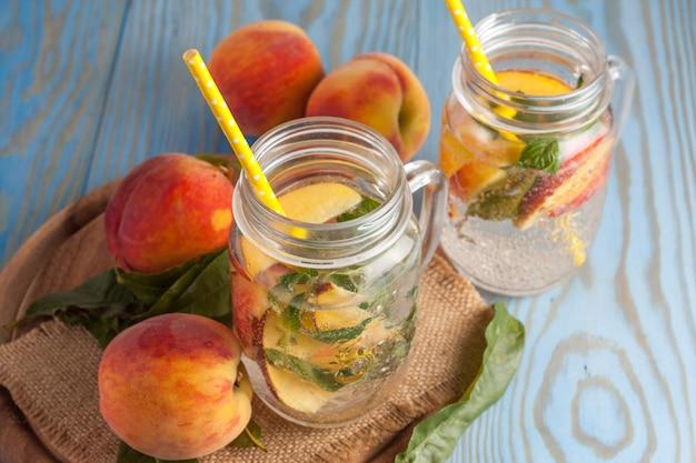 Hausgemachte limonade aus reifen pfirsichen und kalter frischer minze. Premium Fotos